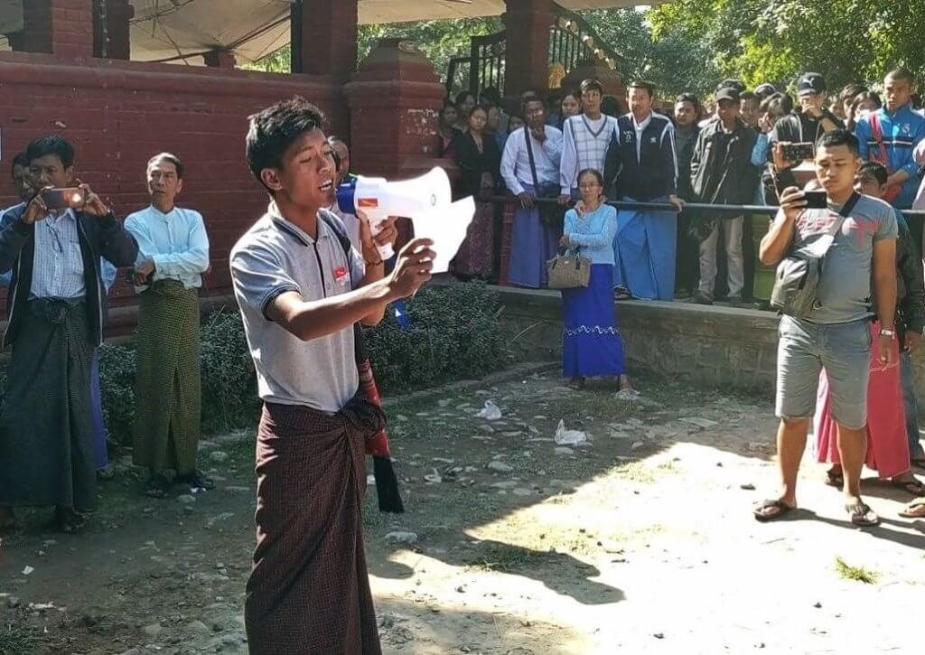 A member of the Yadanabon Student Union speaks to a crowd during protests on Yadanabon University campus, December 28, 2018. ©Voice of Myanmar