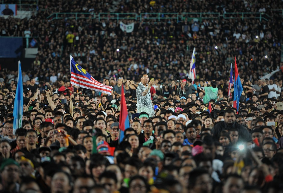 Supporters listen to speeches at a rally in Kuala Lumpur, May 8, 2013. Photo: Firdaus Latif. Licensed under the Creative Commons Attribution-Share Alike 2.0 Generic license.