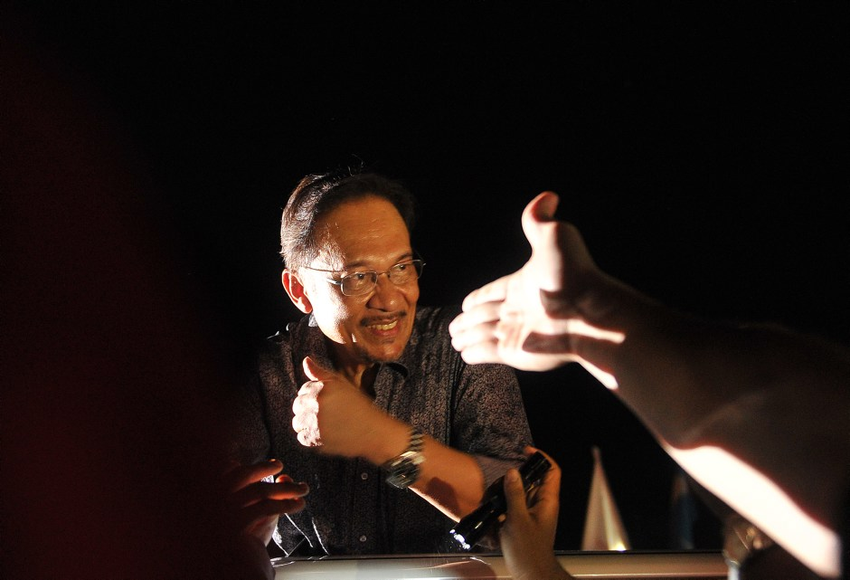 Malaysian opposition leader Anwar Ibrahim greets supporters during a rally in Penang, May 11, 2013. Photo: Firdaus Latif. Licensed under the Creative Commons Attribution-Share Alike 2.0 Generic license.