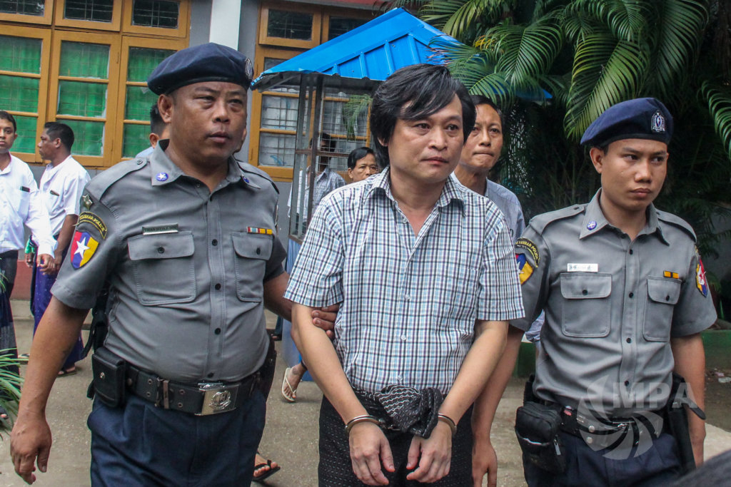 Police take Eleven Media journalist Nayi Min to Insein Prison after his court appearance in Yangon, October 10. ©Mar Naw / MPA 2018