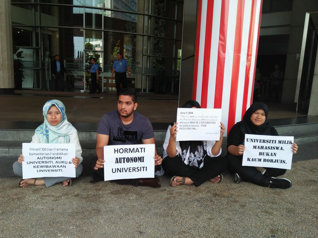 Student activists outside the Ministry of Education hold a sit-in protest of Education Minister Dr. Maszlee Malik's appointment as President of a local university, Putrajaya, Malaysia, September 7, 2018. ©Aqil Junaidi, 2018