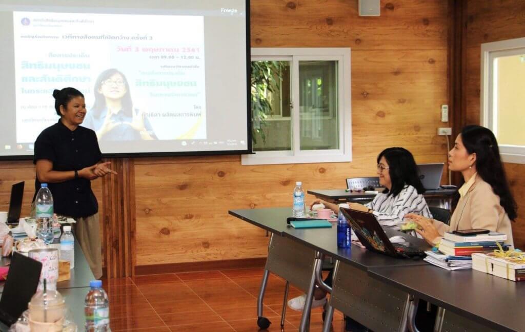 Ngamsuk Ruttanasatian facilitating a lecture for Master's students studying at the Human Rights Program at Mahidol University. ©Private